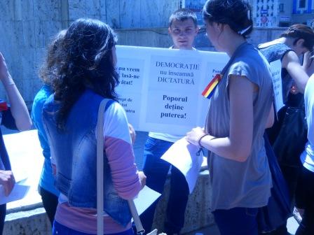 Liceenii navetişti au protestat împotriva guvernanților