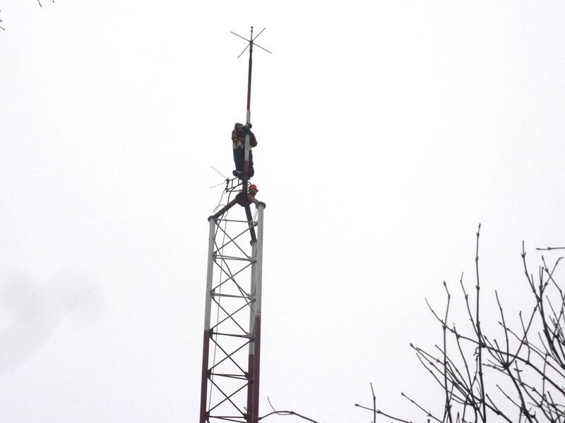 Test de rezistenţă la 45 de metri: protest pe antena de apărare civilă
