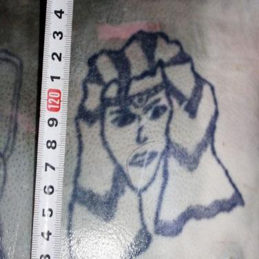Un tânăr plin de tatuaje trebuie identificat