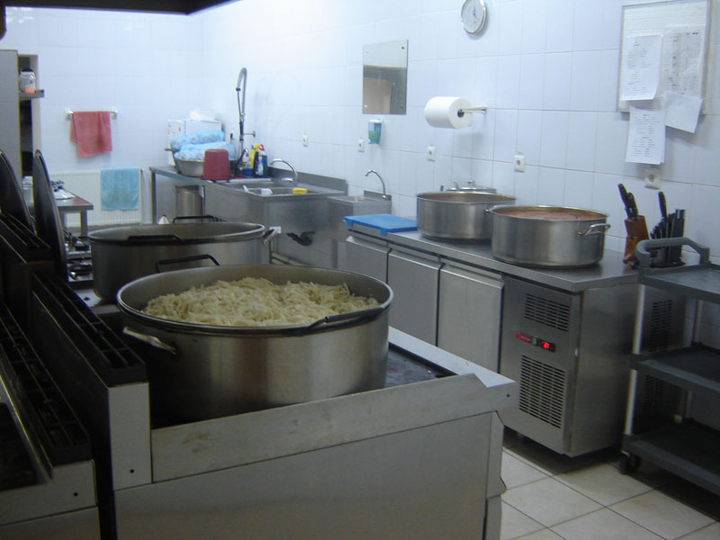 Hrană zilnică pentru 168 de romaşcani săraci