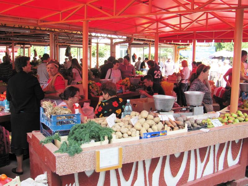 Se modifică regulamentul piețelor din Roman. Ce produse și în ce condiții pot fi vândute în piață