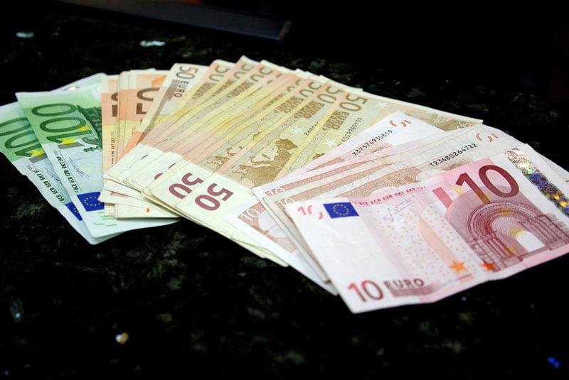 Funcționare de bancă, cercetate pentru delapidare și spălare de bani. Prejudiciu de 270.000 de euro