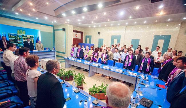Consilierii locali sunt chemați în ședință. Doi vor depune jurământul
