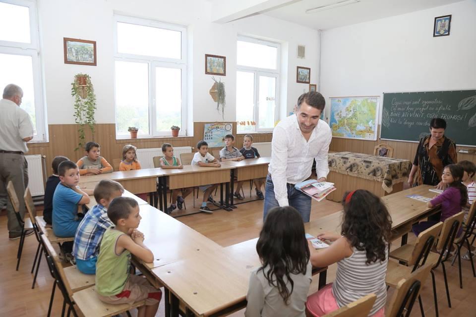 Preşedintele Consiliului Judeţean a oferit rechizite copiilor din Ruginoasa şi Secuieni