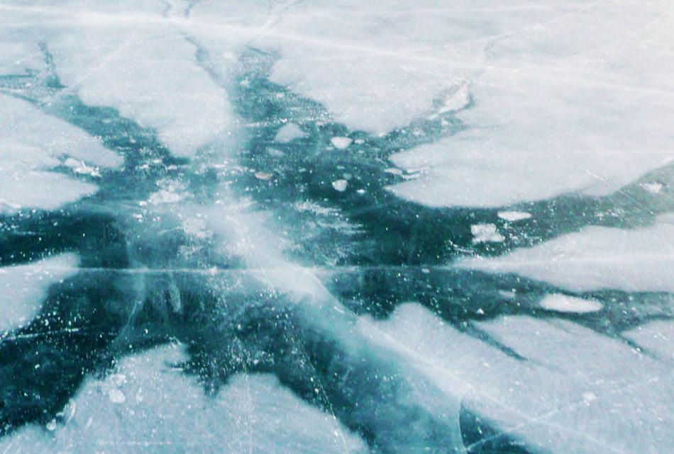 Inconștiență și teribilism: a picat până la brâu în lacul înghețat din Parcul Municipal Roman