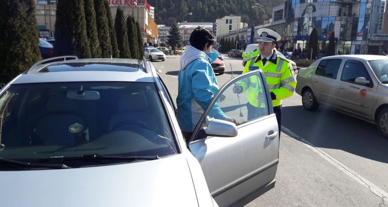Polițiștii au oferit flori șoferițelor, de 8 martie