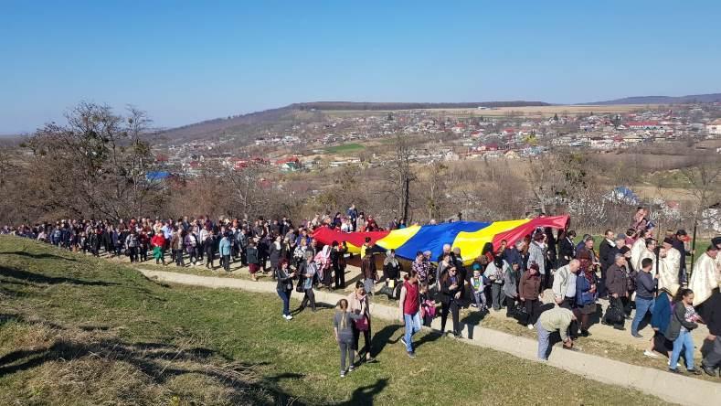 """Peste 1.000 de persoane în pelerinaj pe """"Drumul Crucii"""", la Ion Creangă"""