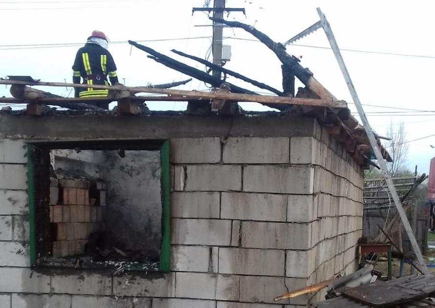 Încarcerat de poliţişti după ce şi-a incendiat locuinţa