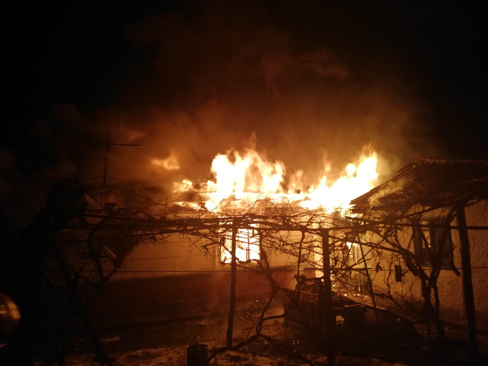 Locuință în flăcări în comuna Bîra, din cauza coșului de fum