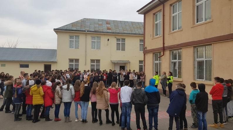 Elevii din Adjudeni, consiliați de polițiști