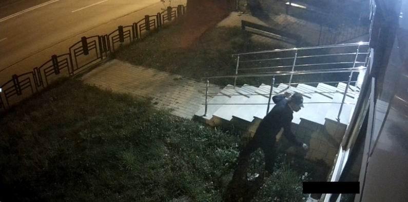 Bărbat bănuit de distrugere asupra unei instituții publice, căutat de polițiști