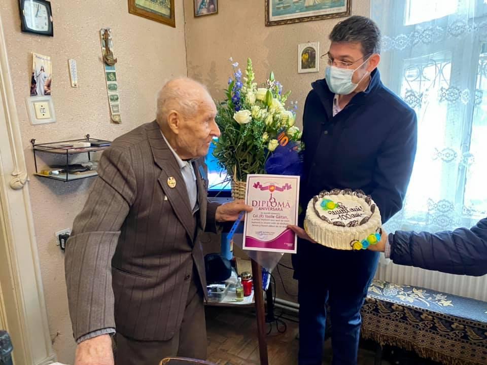 Veteran romașcan sărbătorit de primarul Achiriloaei, cu ocazia centenarului