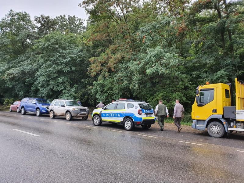 Polițiști voluntari în acțiunea de ecologizare a pădurii Felești