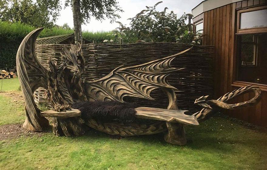 Un tronco, una motosega, un'abilità e creatività fuori dal comune