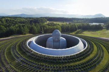 Il Buddha nascosto dentro una collina di 150.000 piante di  lavanda