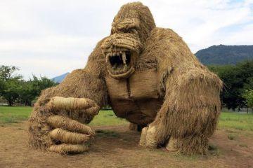 Gli animali giganti di paglia del festival di Wara Art
