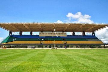 Questo  stadio è costruito sull'equatore e ogni squadra difende un emisfero