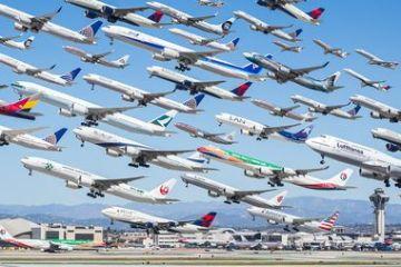 I complessi e intricati flussi dei voli aerei degli aeroporti nelle foto di Mike Kelley