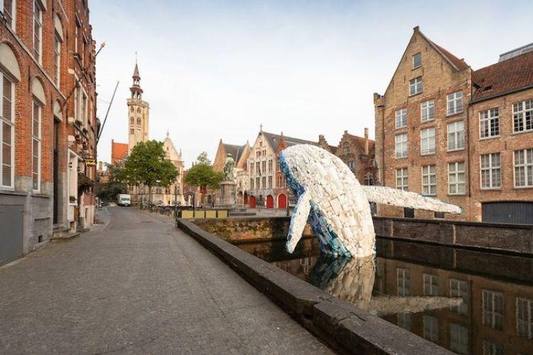 A Bruges una gigantesca balena fatta con rifiuti in plastica raccolti in mare