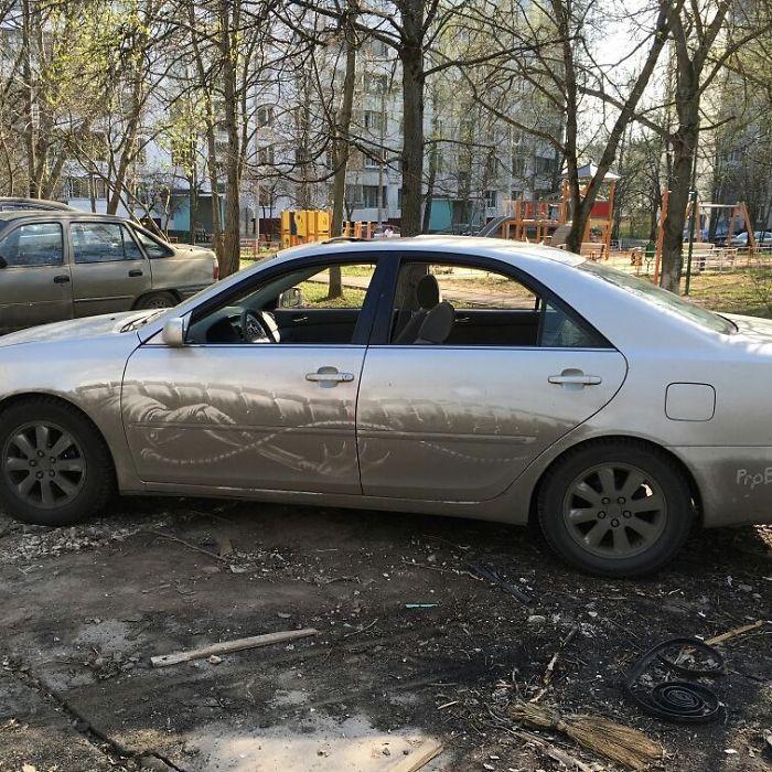 Auto sporche come tele per disegni