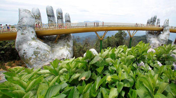 Golden bridge in Vietnam un ponte tenuto tra le mani