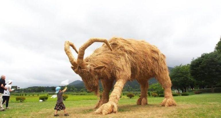 I giganteschi animali di paglia del Wara Art Festival 2018