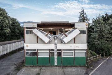 Un edificio con enormi cerniere che aprono la facciata l'ultima opera di Alex Chinneck