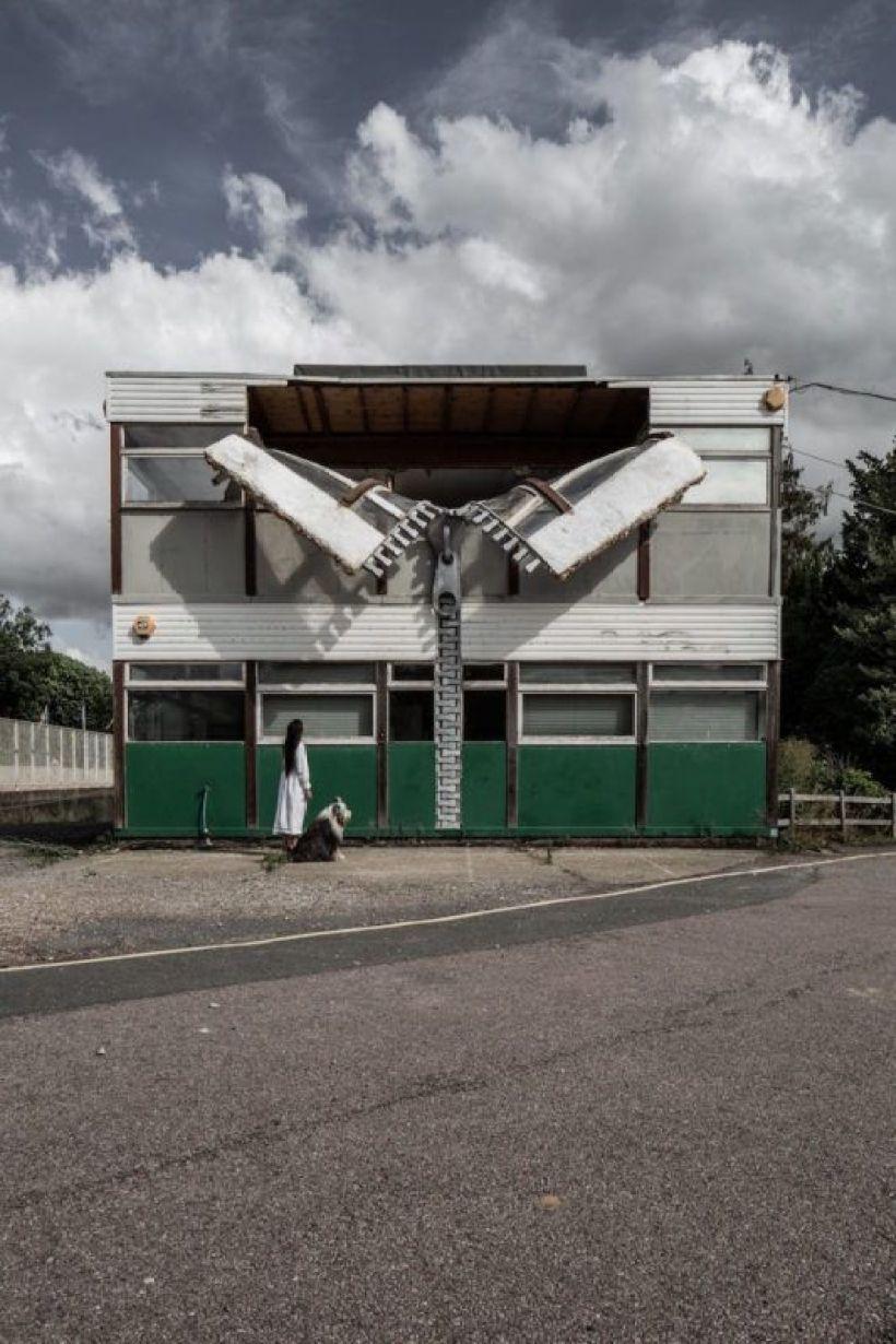 Un edificio con enormi cerniere che aprono la facciata