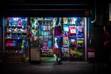 I piccoli negozi durante la vita notturna di Shanghai