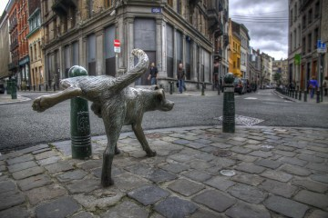Zinneke Pis, il cane che urina per le strade di Bruxelles