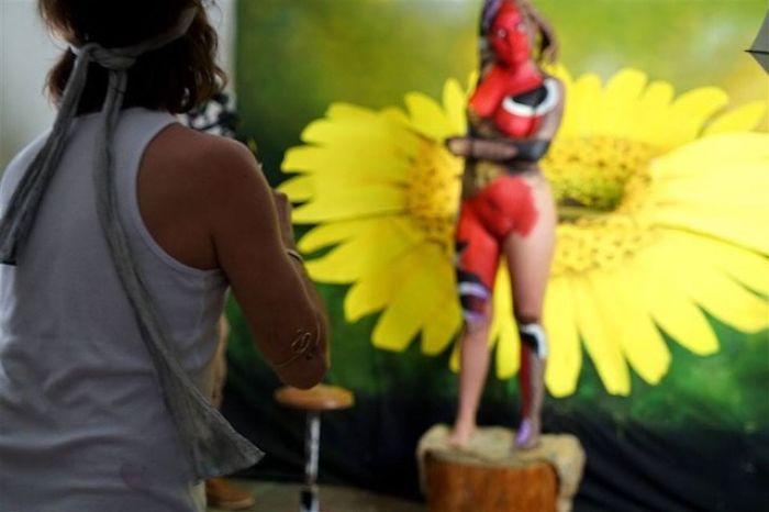 Body art farfalla su corpo di donna