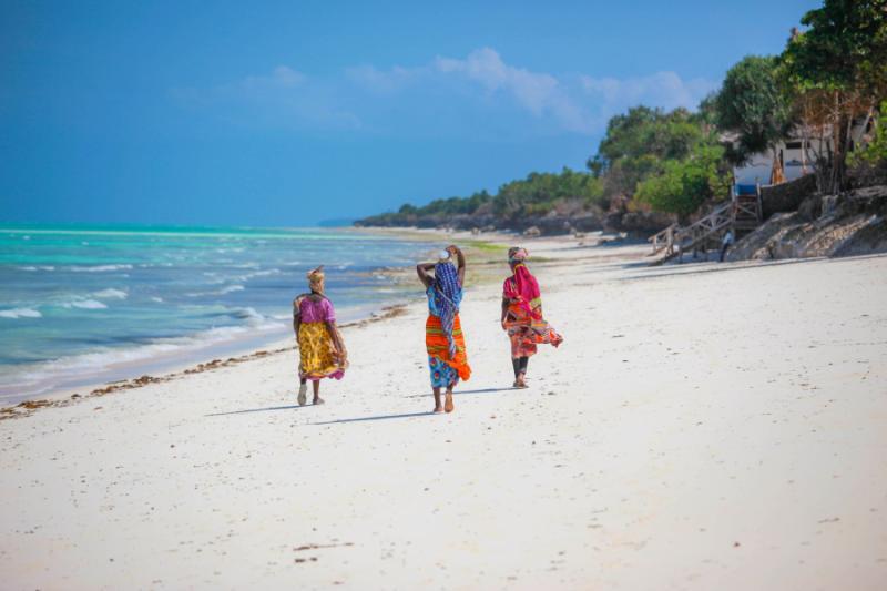 Girls Walking In Public Wallpapers Best Of Tanzania Safari Amp Zanzibar Beach Zicasso