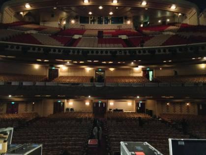 En configuration cinéma, la grande salle accueille jusqu'à 2703 personnes