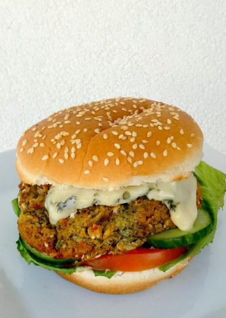 wegańskie Burgery z fasoli mung z serem pleśniowym i konfiturą z czerwonej cebuli