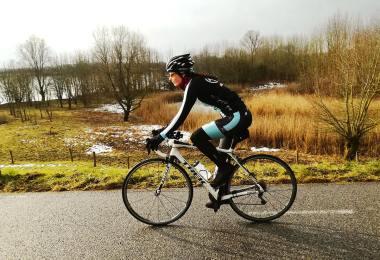 Vrouwenwielrennen training in de winter