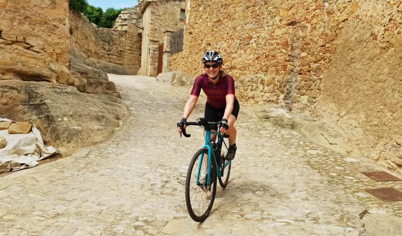 Fietsen in middeleeuwse stad in Gerona