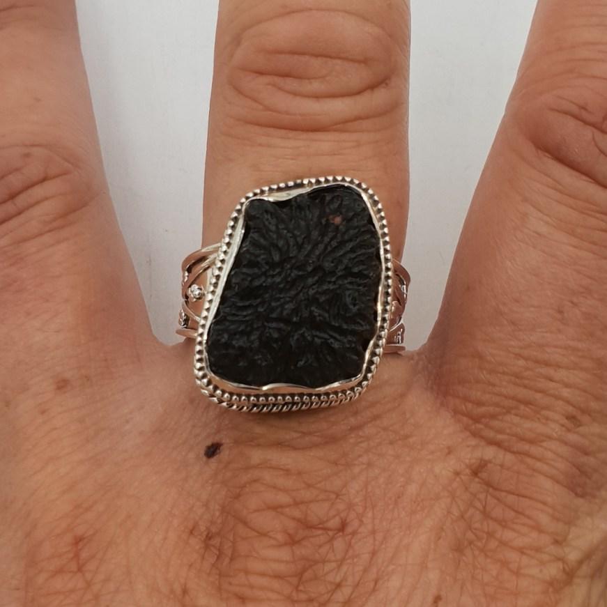 Zilveren ring met Moldaviet in bewerkte setting 19.3 mm ...