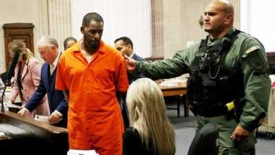 Photo of R.Kelly to remain behind bars