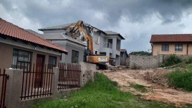 Photo of Man unleashes excavator on R1m home after quarrel with lover