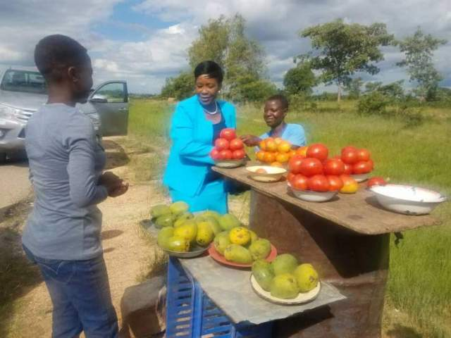 FIRST LADY STOPS TO BUY TOMATOES FROM ROADSIDE VENDORS