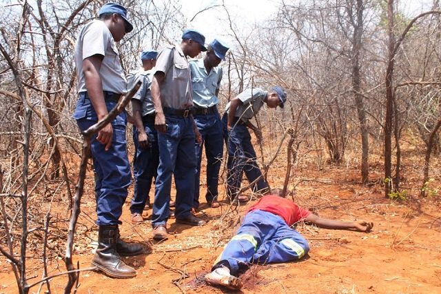 Police-officers-inspect-the-body-of-Qalisani-Moyo-in-Filabusi