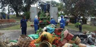 Mutare municipality and ZRP officers take farmers products after defying Lockdown