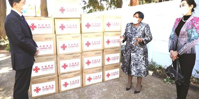 Chinese First Lady Donates Medical Equipment To Zimbabwe