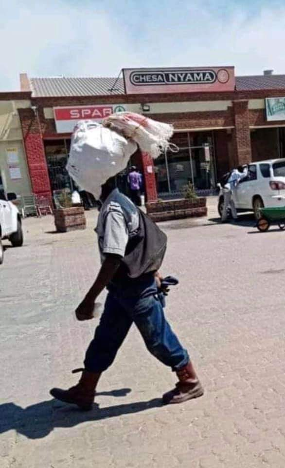 Sad scenes: Police Officer Spotted In Zimbabwe