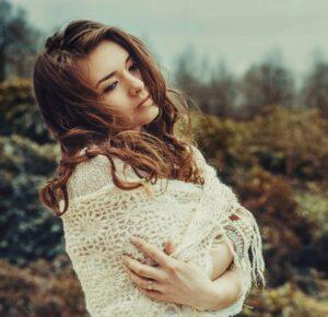 Junge hübsche Frau mit braunen Haaren