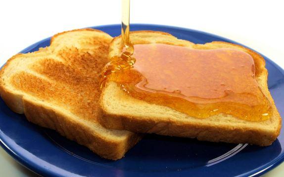 Duona-su-medumi1-1024x640 Stebuklingas vertingiausių maisto produktų sąrašas. Ką valgyti sveikiausia?