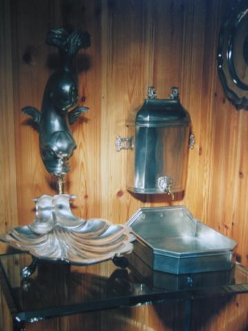 Delphin mit Muschel, Giessfässli mit Tropfbecken