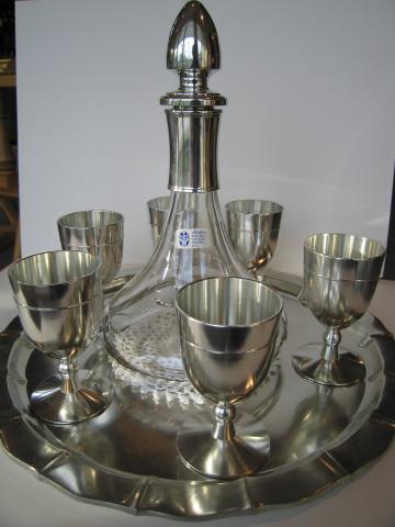 Zinngobelets mit Glaskaraffe