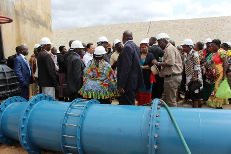 Ministera and government officials touring Mtshabezi Pipeline works (4)
