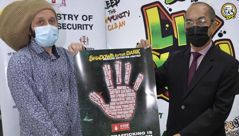 Una foto del Ministro de Seguridad Nacional, Dr. Horace Chang, y la estrella del reggae Alborosie